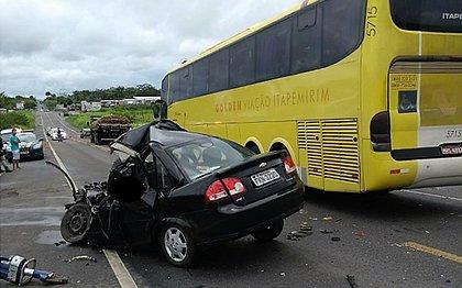 Motorista tenta ultrapassar ônibus e morre na BR-101; 14 ficam feridos