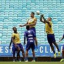 Na foto, Wanderson observa Juninho e Fernandão dividindo uma bola; todos têm contrato para 2020