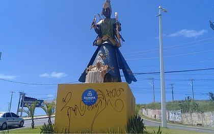 Escultura de Mãe Stella de Oxóssi é alvo de vandalismo e amanhece pichada