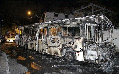 Ônibus incendiado em Santa Cruz, nesta quarta-feira