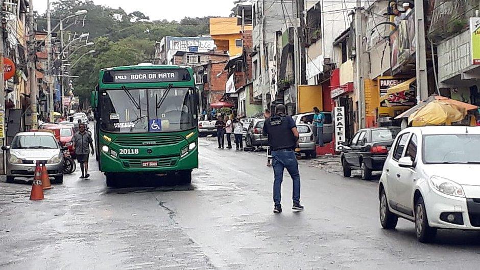 Rodoviários pararam de entrar na Via Regional, após bandidos tentarem colocar fogo em ônibus