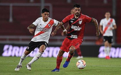 Lucho, do Athletico, é marcado pelo adversário