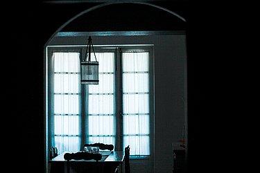 O conforto e elegância de um apartamento que brigou por manter sua janela original.