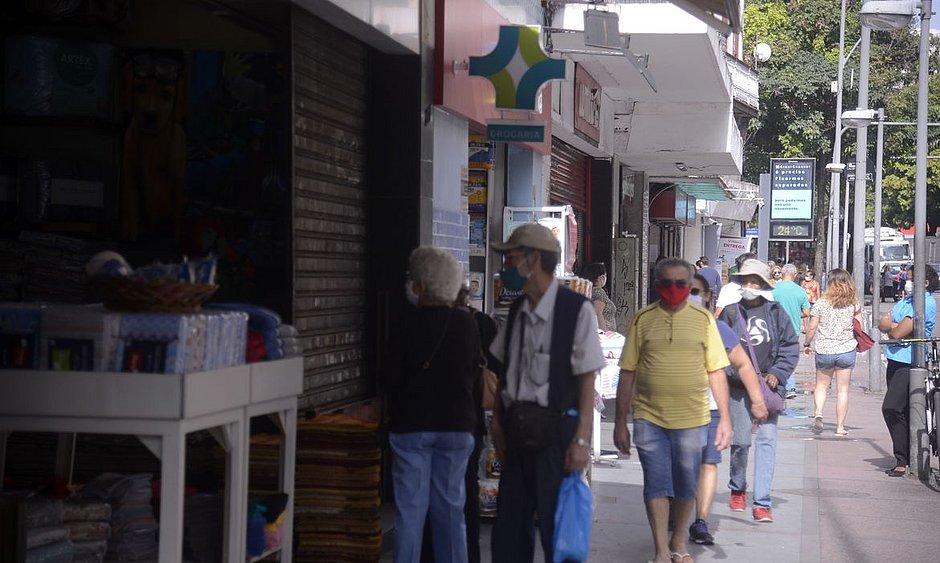 Bares e restaurantes do Leblon são multados no fim de semana por aglomeração