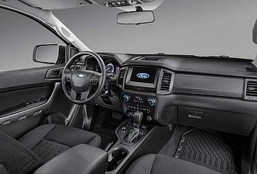O interior dessa cabine dupla é similar ao da versão XLS, com bancos forrados com tecido