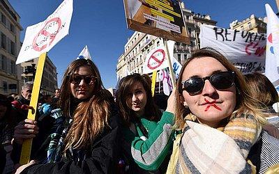 Manifestantes de coletes amarelos tomam parte em uma greve nacional convocada pelos principais sindicatos de trabalhadores da França reivindicando maior poder de compra em Marselha.