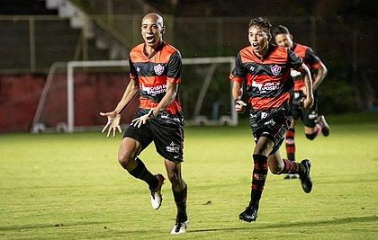 Pablo Siles puxa a fila para comemorar o gol marcado contra a Ponte Preta, no Barradão