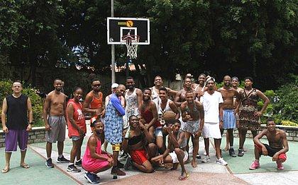 A Sexta é Santa, eles, não: basquete de saia vira tradição no Rio Vermelho
