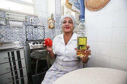 Marilene diz que o mercado do mês subiu de R$ 600 para R$ 900, mesmo desistindo de  alguns produtos. 'Estou devendo e peguei emprestado com meu genro'
