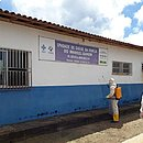 Agente da vigilância desinfeta unidade de saúde de Una