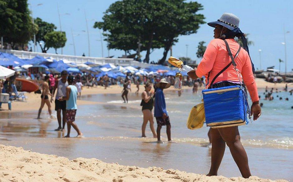 Sem óleo, fluxo de banhistas no Porto da Barra aumenta e lucro do comércio sobe 30%