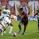 Bruno Oliveira briga pela bola para o Vitória diante do Coritiba, no Barradão