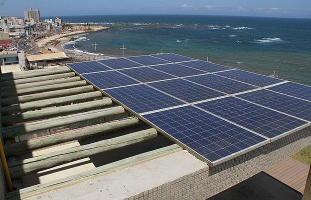 A energia fotovoltaica se utiliza da irradiação solar, através de células, para gerar energia elétrica