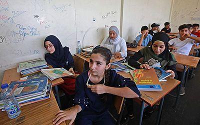 Estudantes palestinas no seu primeiro dia de aula na escola de Haifa, administrada pela UNRWA, num subúrbio pobre de Beirute.