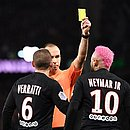 Neymar recebe cartão amarelo