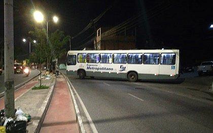 Homens atravessam ônibus, atiram e geram pânico em Itacaranha; veja vídeo