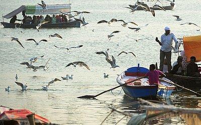 Barcos com peregrinos no rio Sangam em Allahabad.