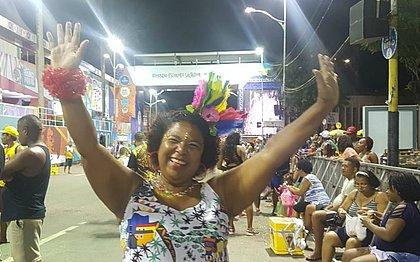 Apaixonada por samba, a professora Denise Silva curte o Carnaval no Campo Grande