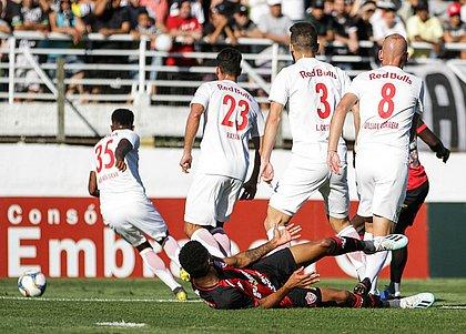 Wesley, caído, observa jogadores do Bragantino