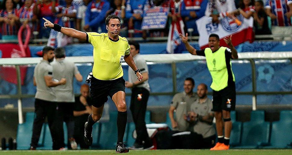 Fernando Rapallini em ação durante duelo entre Bahia e Athletico-PR, na Fonte Nova