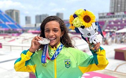 Rayssa Leal exibe prata dos Jogos de Tóquio