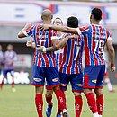 Thaciano, Rossi e Matheus Bahia aguardam Rodriguinho para comemorar triunfo diante do CRB, em Pituaçu