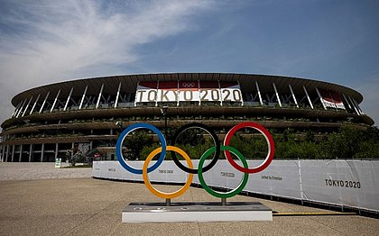 Estádio Olímpico em Tóquio, onde acontecerá a cerimônia de abertura, os anéis olímpicos