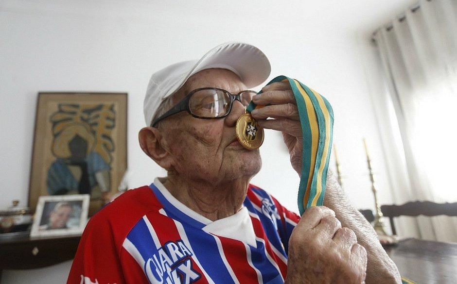 Seu Bené beija, com orgulho, a medalha do título de 1959