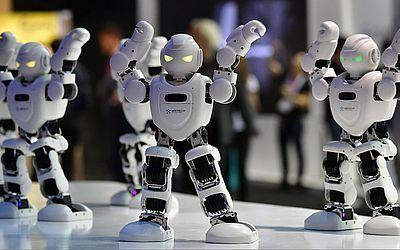 Robôs alfa 1E dançam na cabine da Ubtech durante a IFA, a feira de comércio de eletrônicos e  eletrodomésticos em Berlim.