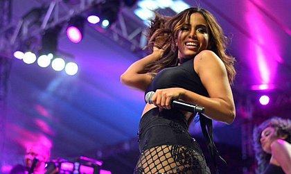 Mulher engana Anitta e sobe no palco para divulgar música; veja