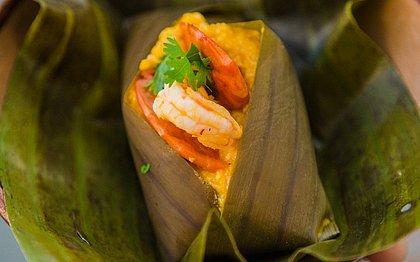 Camarão, bacalhau, carne seca... Abará recheado faz sucesso em Salvador