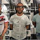 Homem foi preso ao lado dos dois PMs (o segundo e o terceiro da esquerda para a direita)