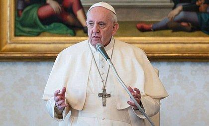 Por crise, papa corta salários de cardeais
