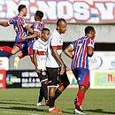Jogadores do Bahia comemoram gol sobre o Atlético de Alagoinhas
