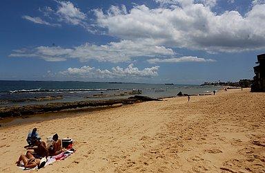 Ambulante não poderá mais circular por areia; na foto, vendedor na Praia do Cantagalo