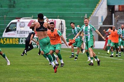 Jogadores do Juventude correm para abraçar Rogério, autor do gol da virada nos acréscimos