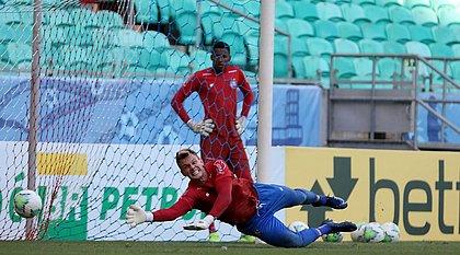 Titular do gol tricolor desde 2018, Douglas tem convivido com críticas por conta de falhas