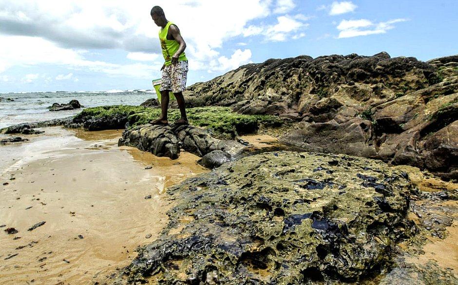 Pescadores e marisqueiras são prejudicados por óleo no mar