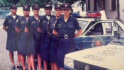 Primeiras policiais femininas da Bahia posando para foto na Vila Militar do Bonfim, na Avenida Dendezeiros