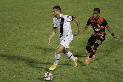 Pedrinho (direita) busca a bola diante da Ponte Preta, no Barradão
