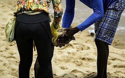 Salvador tem mutirão para recolher óleo das praias nesta quinta-feira (17)