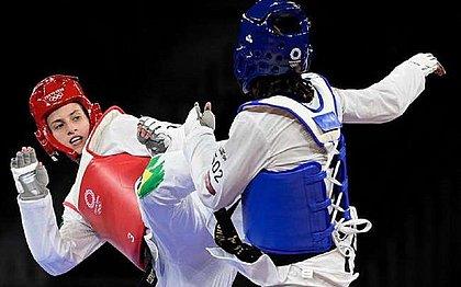 A brasileira Milena Titoneli (vermelho) perde para a marfinense Ruth Gbagbi