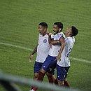 Marco Antônio, ao centro, festeja com Saldanha e Gregore após marcar o gol de empate