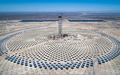 Usina Termosolar de Cerro Dominador, a primeira da América Latina, em Antofagasta, Chile. A usina é o símbolo da transição energética ambicionada pelo Chile, que visa ter 100% de sua matriz energética limpa para 2040.