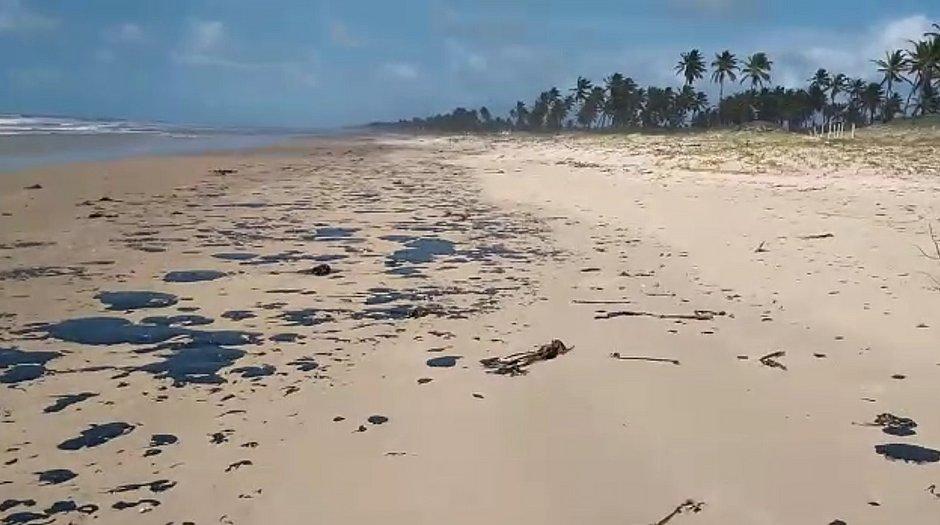 Manchas de óleo que atingem mar no Nordeste chegam na Bahia
