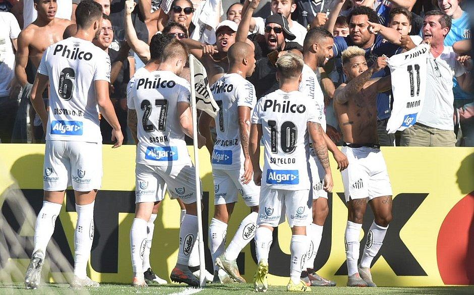 Marinho comemora com a torcida um dos gols do Santos
