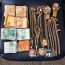 Dinheiro e joias, incluindo imagens religiosas e do Flamengo, foram apreendidas