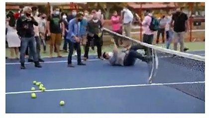 Ex-presidente do Senado, Alcolumbre cai em inauguração de quadra de tênis em Macapá