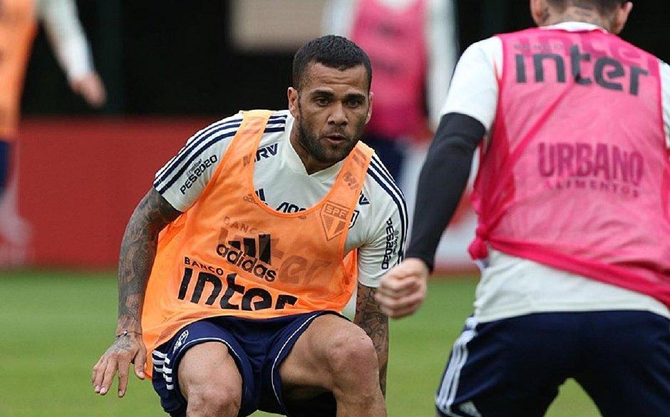 Daniel Alves aparece como meia no treino do São Paulo