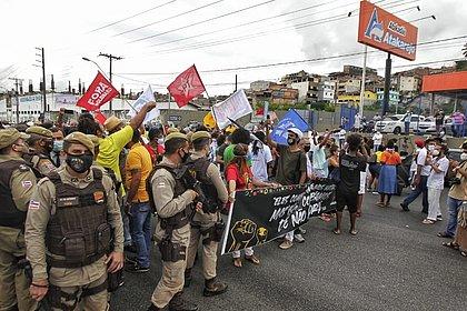 Ato em frente ao Atakarejo pede justiça por Yan, Bruno e as vítimas do Jacarezinho